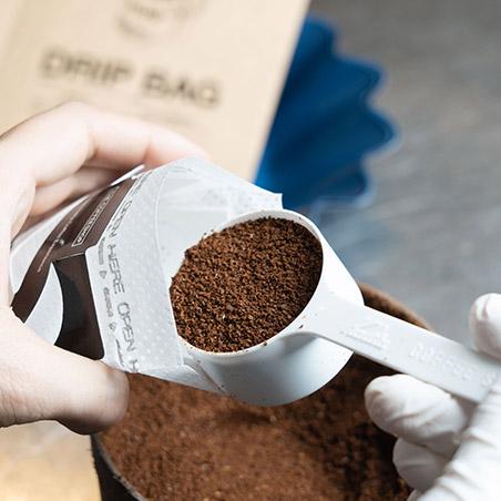 計量しながらドリップバッグへ粉を詰め、シール