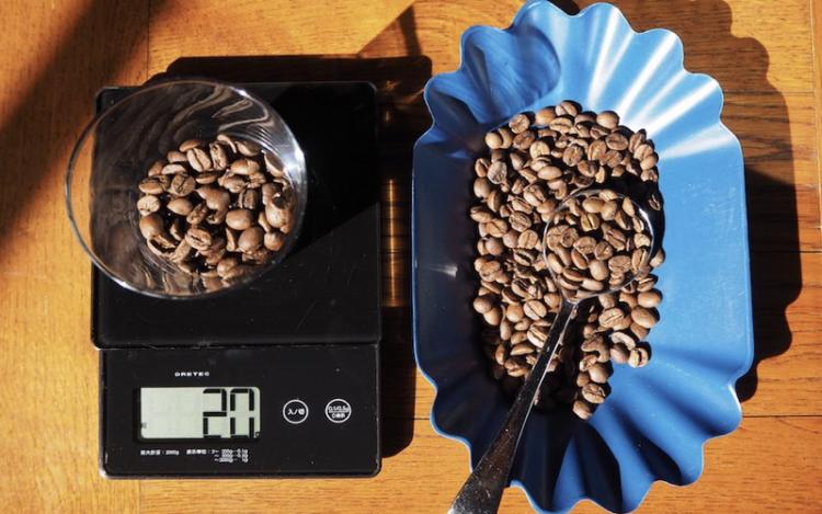 コーヒー豆を計量する
