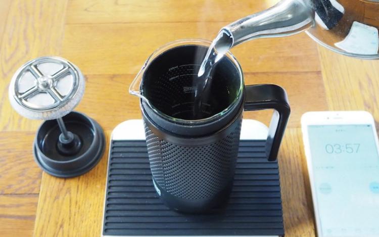 フレンチプレスでのコーヒーの淹れ方|湯注ぐ