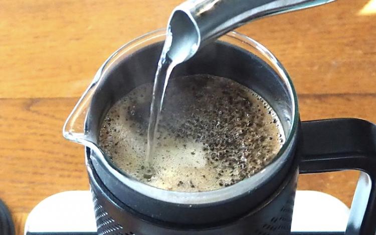フレンチプレスでのコーヒーの淹れ方|湯注ぐ2