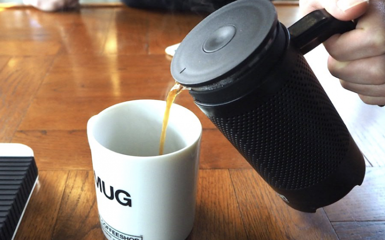 フレンチプレスでのコーヒーの淹れ方|注ぐ
