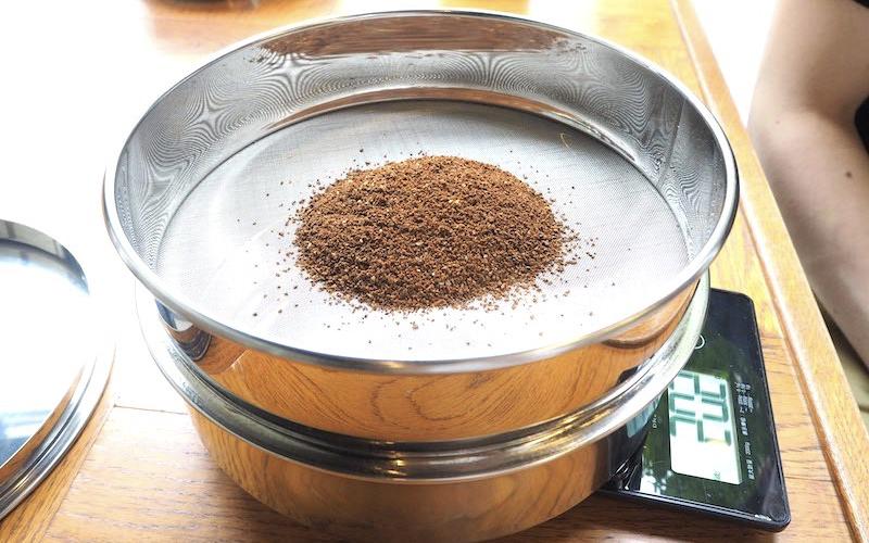 ブラジル豆をフルイにかける