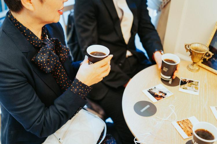 結婚式ウェルカムドリンクにコーヒーのポットサービス